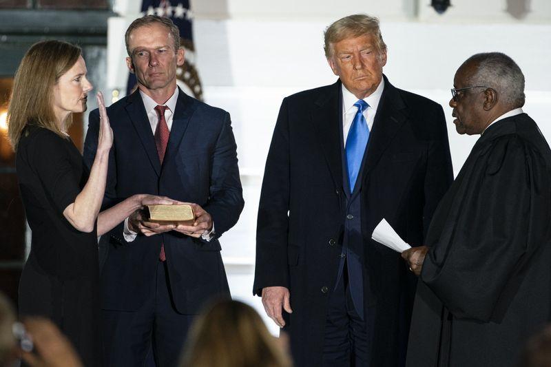 Bà Amy Coney Barrett tuyên thệ nhậm chức Thẩm phán Tòa án Tối cao đêm 26-10 với sự chứng kiến của Tổng thống Trump (Ảnh Bloomberg)